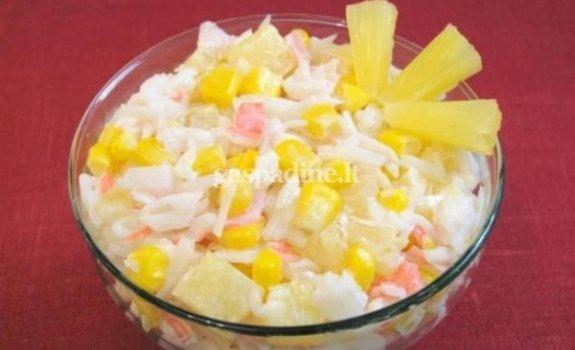 Krabų lazdelių ir ryžių salotos su ananasais