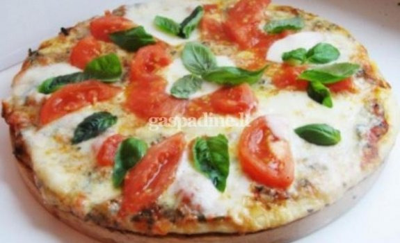 Pica su pomidorais ir sūriu
