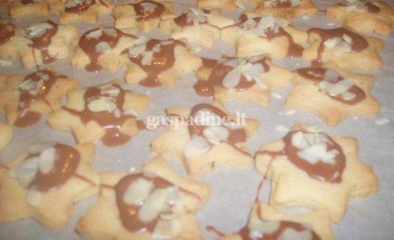 Šventinės žvaigždutės su šokoladiniu glajumi