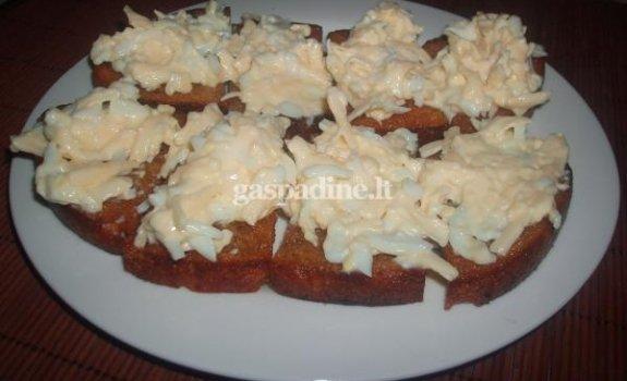 Kepta duona su sūrio ir kiaušinių užtepu