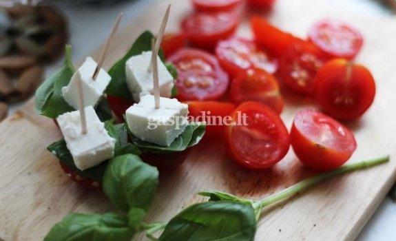 Pomidorų, fetos sūrio ir baziliko užkandis