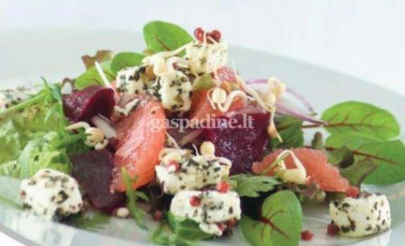 Raudonosios salotos su fetos sūriu ir baziliku