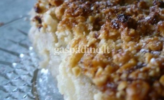 Obuolių pyragas su riešutais