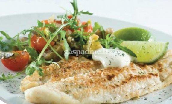 Baltoji žuvis su karštomis daržovių salotomis ir juodaisiais pipirais bei krapais