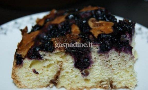 Pyragas su riešutais ir mėlynėmis