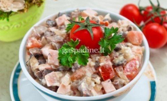 Dešros salotos su pomidorais ir grybais