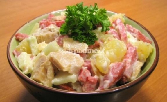 Salotos su dešra, bulvėmis ir grybais