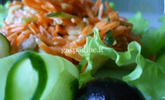 Morkų-agurkų salotos su alyvuogėmis