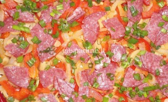 Bulvinių blynų pica su šaltai rūkytu  česnakiniu saliamiu