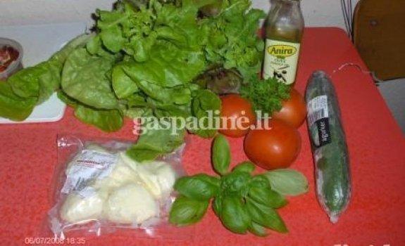 Mozzarellos sūrelių salotos su baziliku