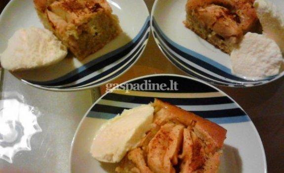 Obuoliu pyragas su vaniliniais ledais