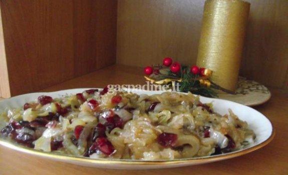 Silkė su karamelizuotais svogūnais ir džiovintomis spanguolėmis