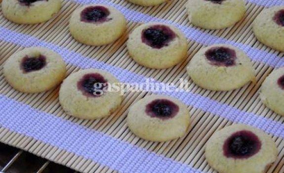 Sausainai su juodųjų serbentų uogienės lašeliais