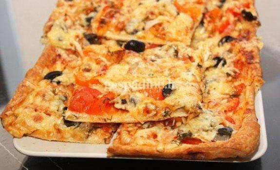 Sluoksniuotos tešlos pica