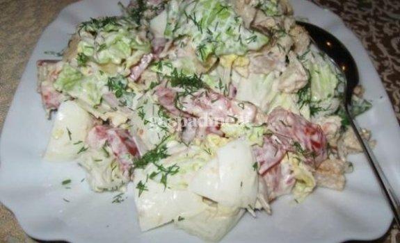 Kininių kopūstų ir vištienos salotos