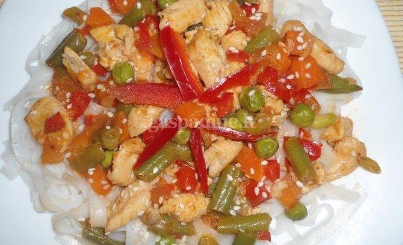 Ryžių makaronai su vištiena ir daržovėmis