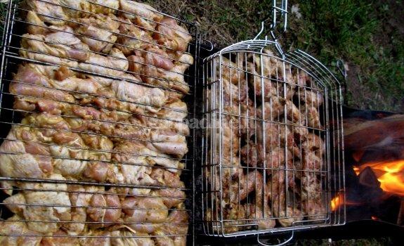 Ant grotelių kepta vištiena, marinuota majoneze