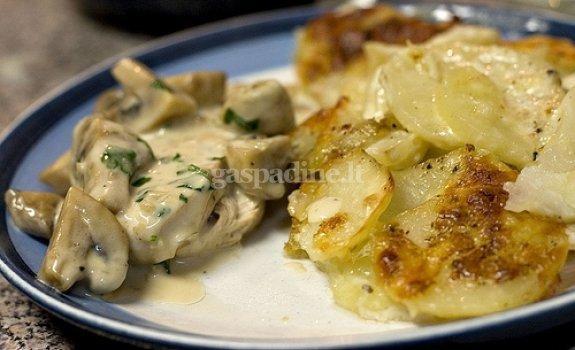 Anties krūtinėlės kepsniai su pievagrybiais, bulvių koše ir daržovėmis