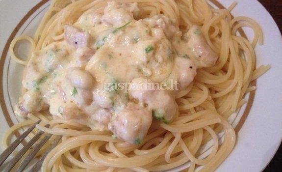 Fettucine Alfredo padažas su vištiena