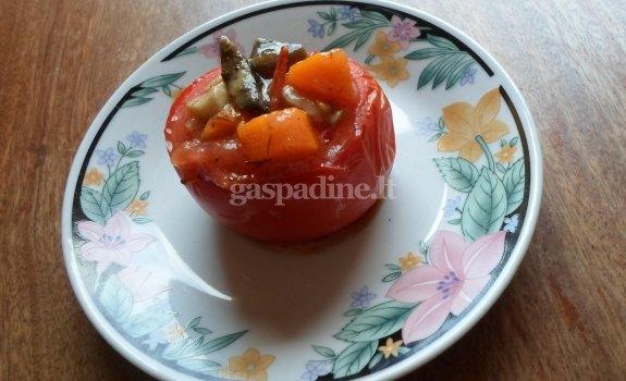 Voveraičių ir morkų įdaru kimšti pomidorai