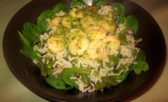Krevetės česnakiniame padaže su laukiniais ryžiais, špinatais ir šparagais