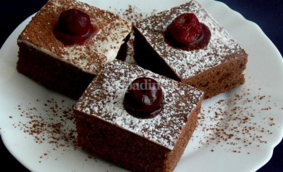Prabangūs kakavos ir vyšnių pyragaičiai