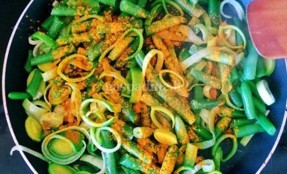 Veganiškos makaronų ir šparaginių pupelių salotos