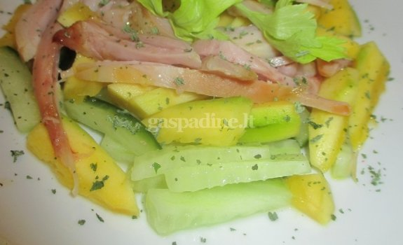 Vištienos, agurko ir mango salotos su džiovintomis mėtomis