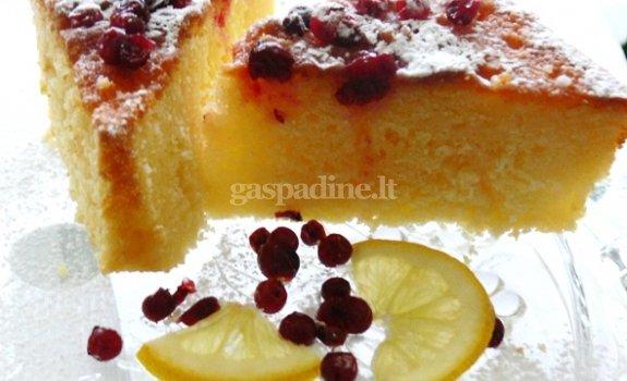 Citrininis pyragas su bruknėmis