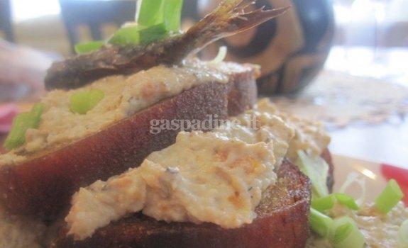 Kepta duona su parmezano sūrio ir šprotų užtepėle