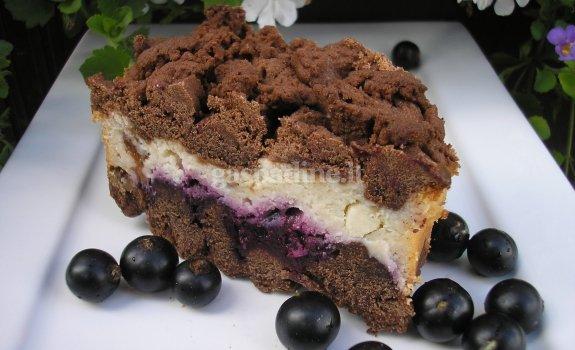 Kakavinis pyragas su juodaisiais sertbentais