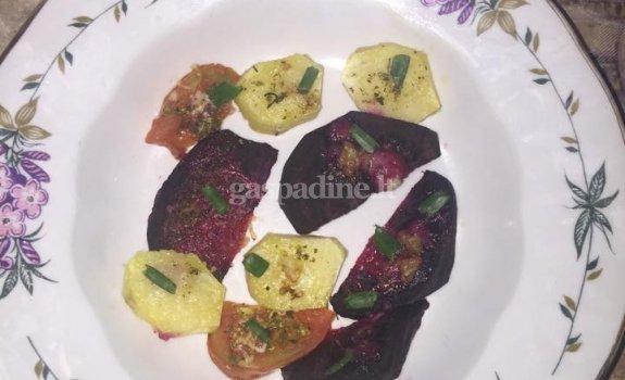 Naminiai burokėlių traškučiai su keptomis naminėmis daržovėmis