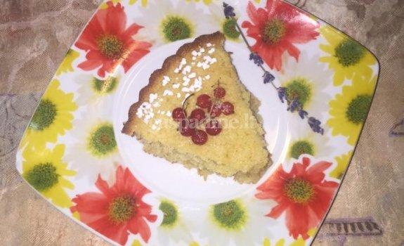 Manų pyragas su snieguotais serbentais ir naminėmis tarkuotomis morkomis