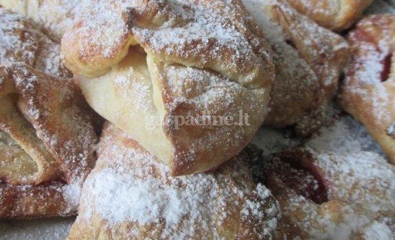 Pyragėliai su braškėmis ir medetkų žiedais