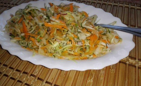 Šviežių kopūstų salotos su morkomis
