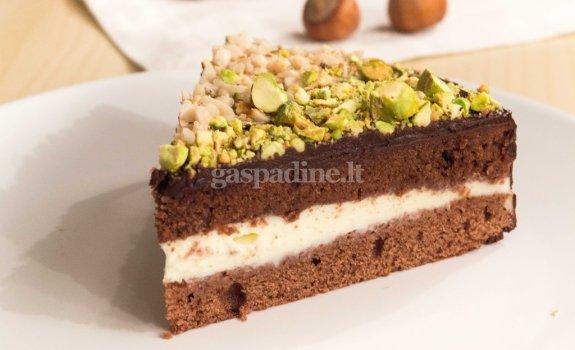 Biskvitinis šokolado pyragas su riešutais