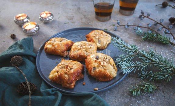 Pyragėliai su grietinėlės sūrio, ZIGMO silkės ir riešutų įdaru