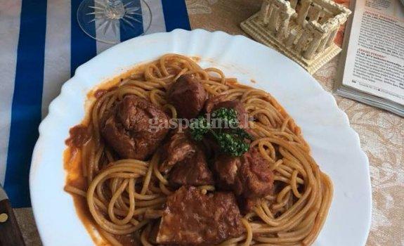Vištiena ir makaronai su raudonuoju padažu (Κόκορας κοκκινιστός)