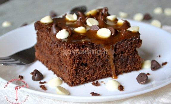 Drėgnas šokoladinis pyragas su karamele ir šokolado pabarstukais