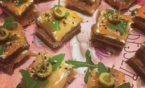 Vieno kąsnio sumuštiniai su lašiša ir kreminiu sūreliu