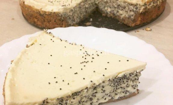 Pyragas su aguonomis ir grietinės stogeliu