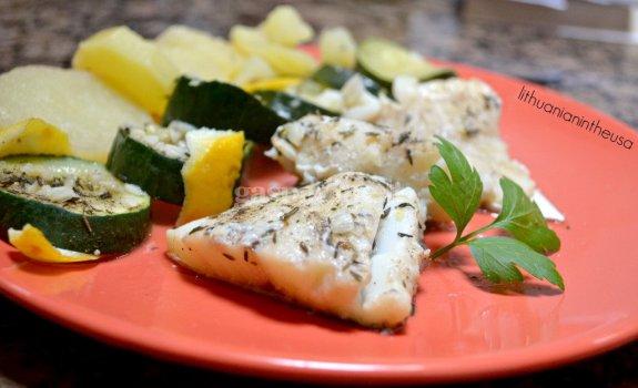 Troškinta žuvis su cukinija ir bulvėmis