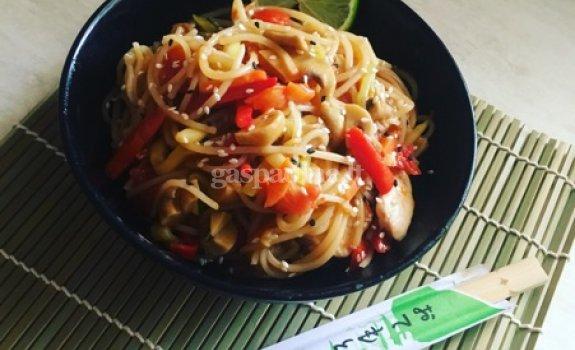 Vištiena su daržovėmis, makaronais ir sojų padažu