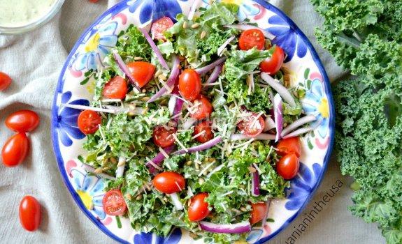 Kale salotos su graikiško jogurto-avokado padažu
