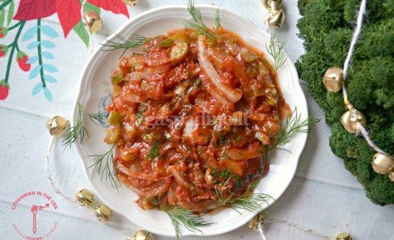Silkės užkandėlė su pomidorų padažu