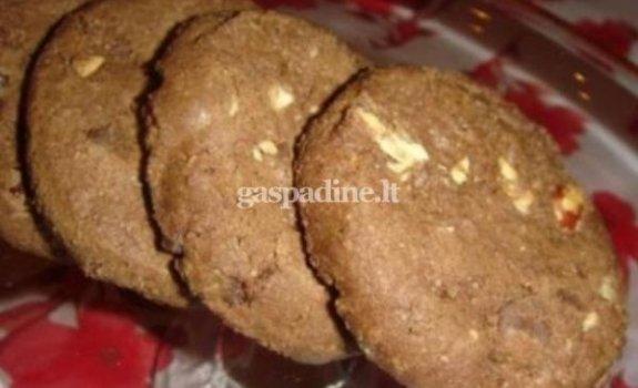 Šokoladiniai sausainiai su riešutais