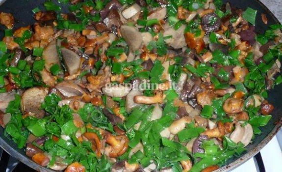 Kepti miško grybai su svogūnias