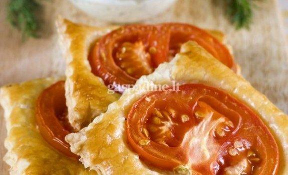 Sluoksniuotos tešlos pyragėliai su pomidorais