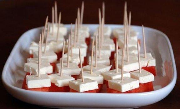 Feta sūrio ir arbūzo užkandėlė