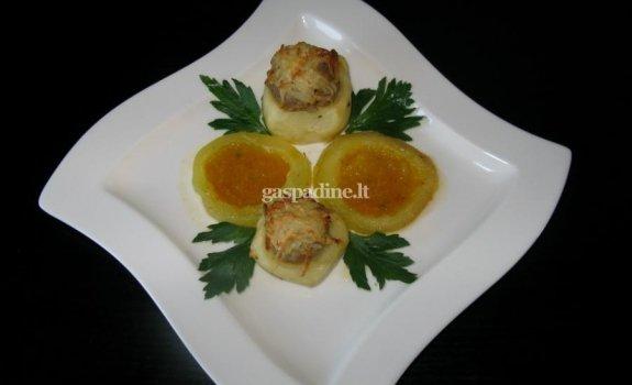 Faršu įdarytos bulvės su keptom cukinijom ir daržovių padažu